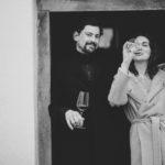 Manfred Ebner-Ebenauer und Marion Ebner-Ebenauer trinkend in der Tür